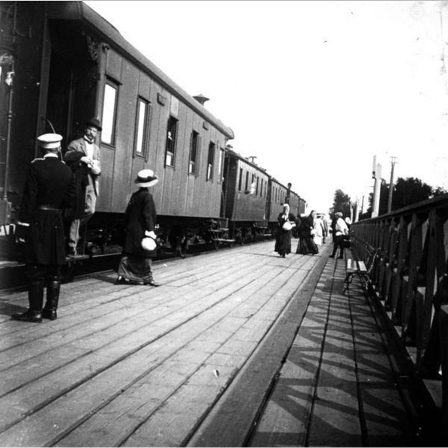 Поезд у перрона
