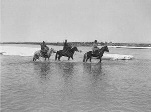 Долина реки Текес. Маннергейм (справа) и два члена экспедиции переходят реку Текес вброд
