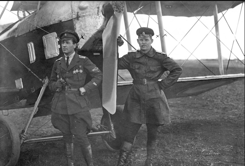 В. С. Веселовский (слева) и В. Н. Тиханович у своего самолета «Бранденбург». Май 1919