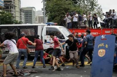 На  Филиппинах полицейский фургон переехал демонстрантов