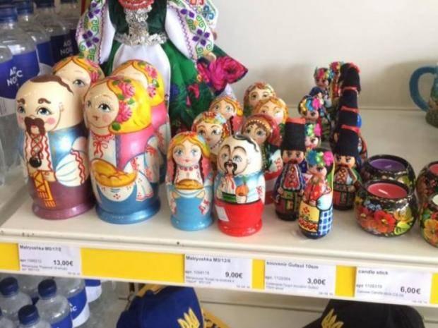 """""""А это что за """"хохло-матрешки""""?: Журналистка показала подозрительные сувениры в украинском дьюти-фри (фото)"""