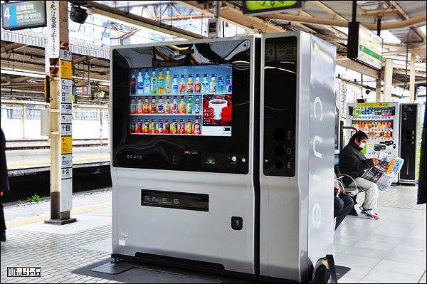 Японский уличный автомат со сканером лица