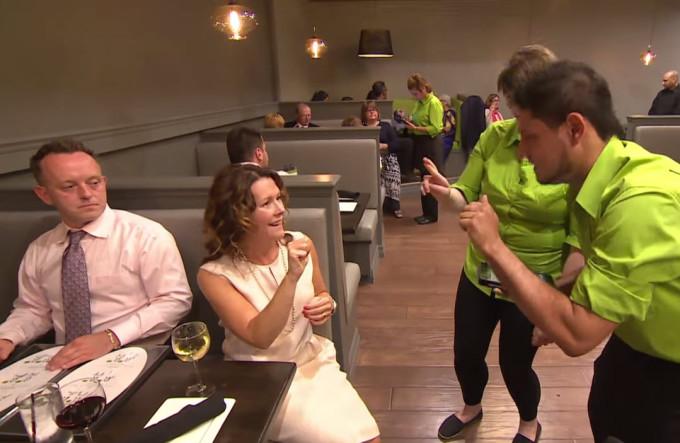 Видео. Канадский ресторан с глухонемыми официантами