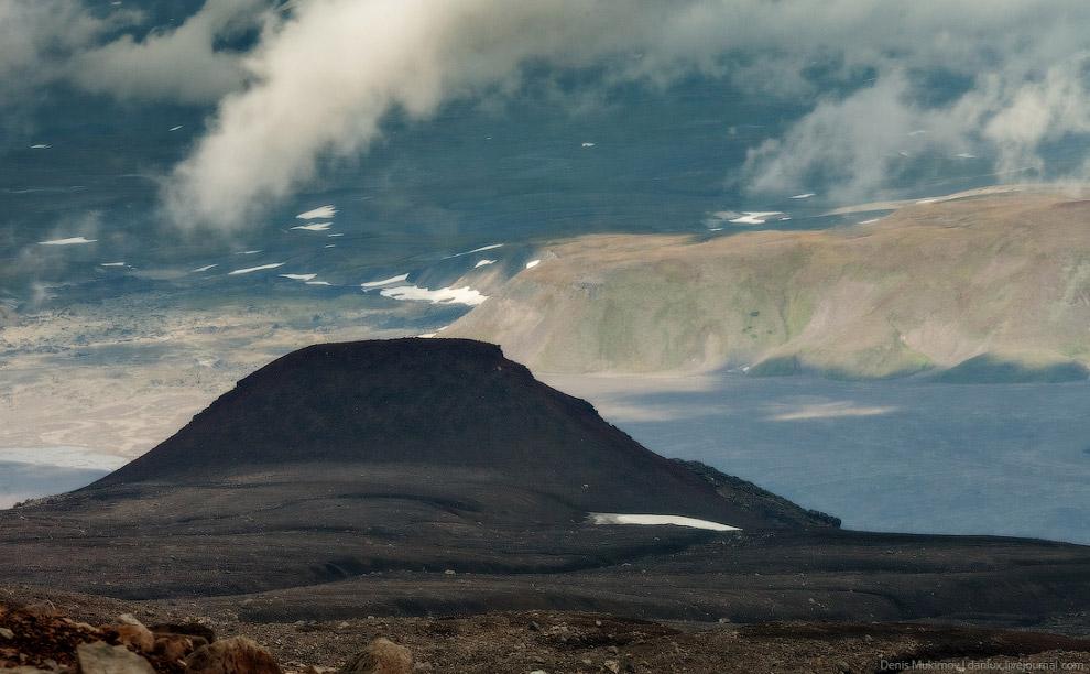 29. Погуляв у края кратера около двух часов, мы начали долгий спуск сквозь густой туман.