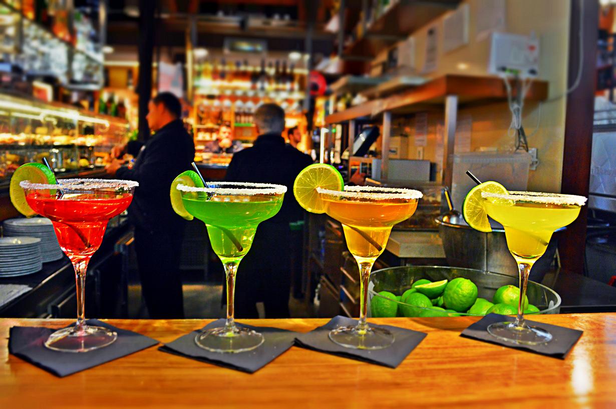 Прохладительные алкогольные напитки на рынке Сан-Мигель. (MrT HK) Испания. Барселона.
