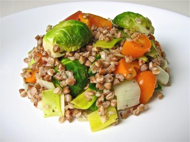 Ингредиенты: 200г гречневой крупы 100г замороженного зеленого горошка 1болгарский перец 1небольш