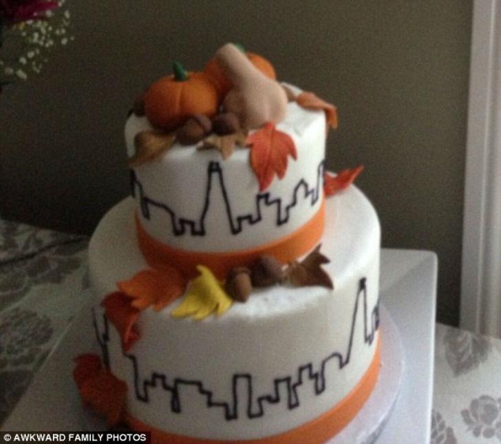 Свадебный торт со странным украшением на самом видном месте.