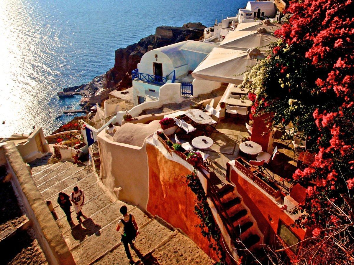 Бродить меж белых и синих домиков на греческих островах идеально в одиночестве. Можно также пойти на