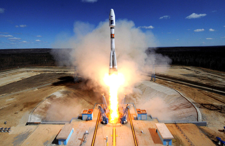 1. Любитель Твиттера премьер-министр России Дмитрий Медведев подлетает к космодрому Восточный 2