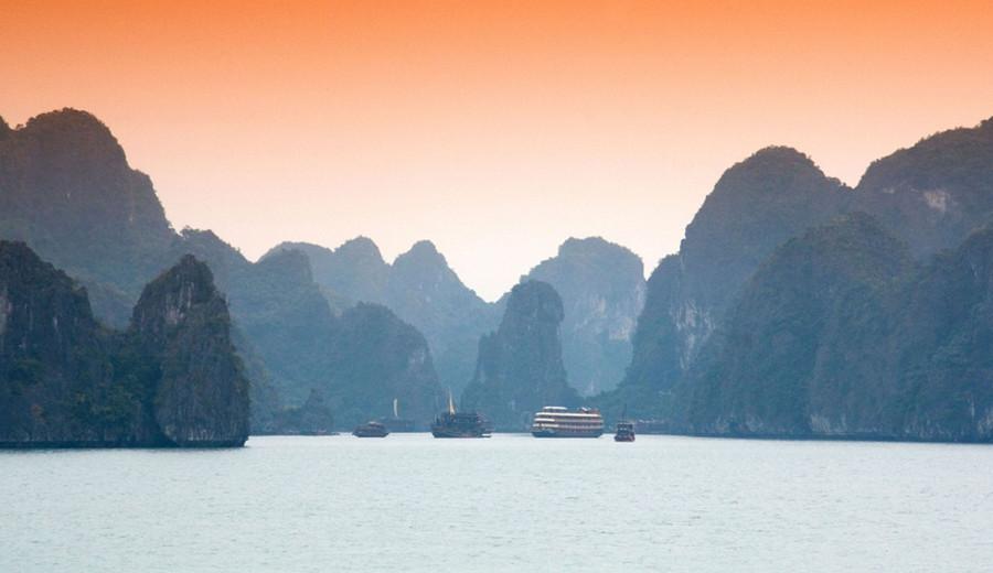 10. Бухта Халонг, Вьетнам Посетить более 3 тысяч островов, расположенных в этой бухте, ежегодно съез