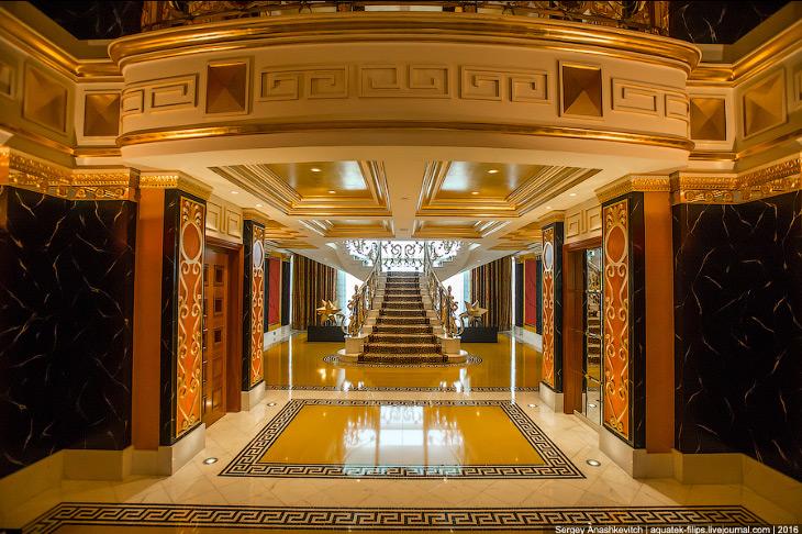2. Номер имеет площадь более 700 квадратных метров и расположен на двух этажах. Нижний этаж&md