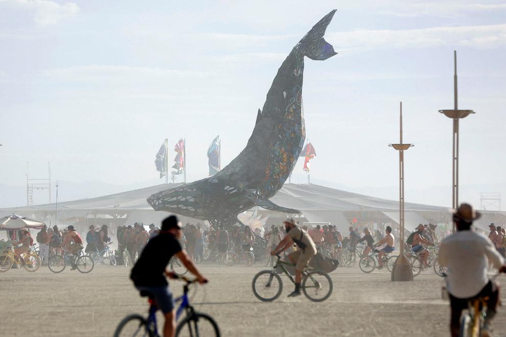 12. Ходули — популярный вид местного передвижения. Пустыня Блэк Рок в штате Невада, 29 августа