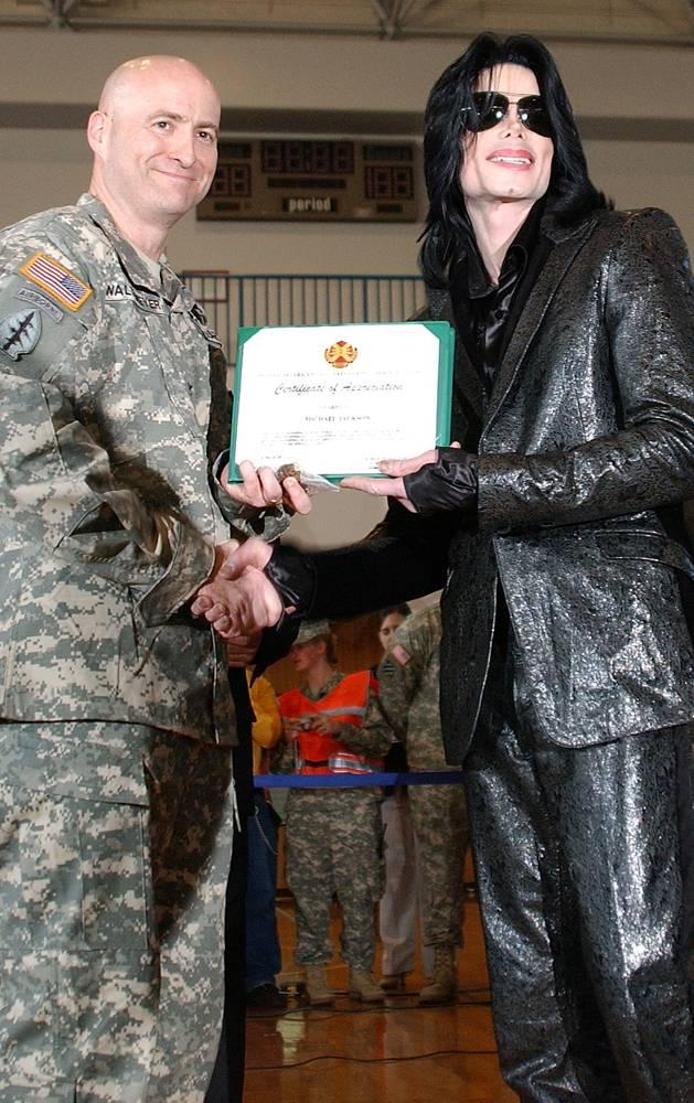 Майкл Джексон получает письменную благодарность от полковника Роберта М. Валтмеера, командующего гар
