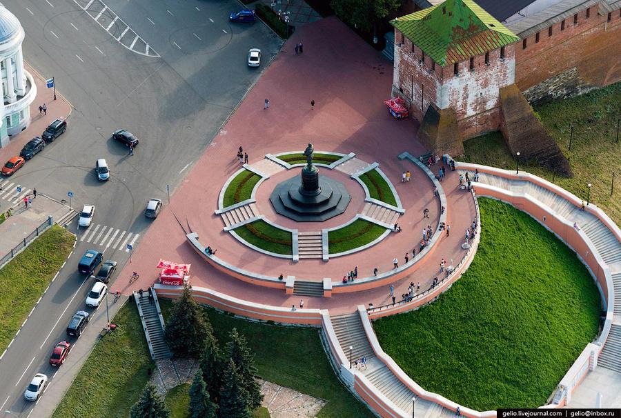 10. Памятник советскому лётчику-испытателю В. П. Чкалову.