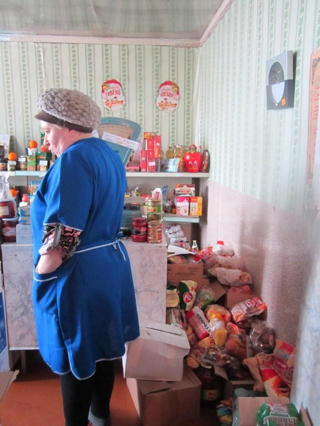 38. А вот и продавщица. Осматривает владения. Она же является старостой деревни. Должность в этих кр