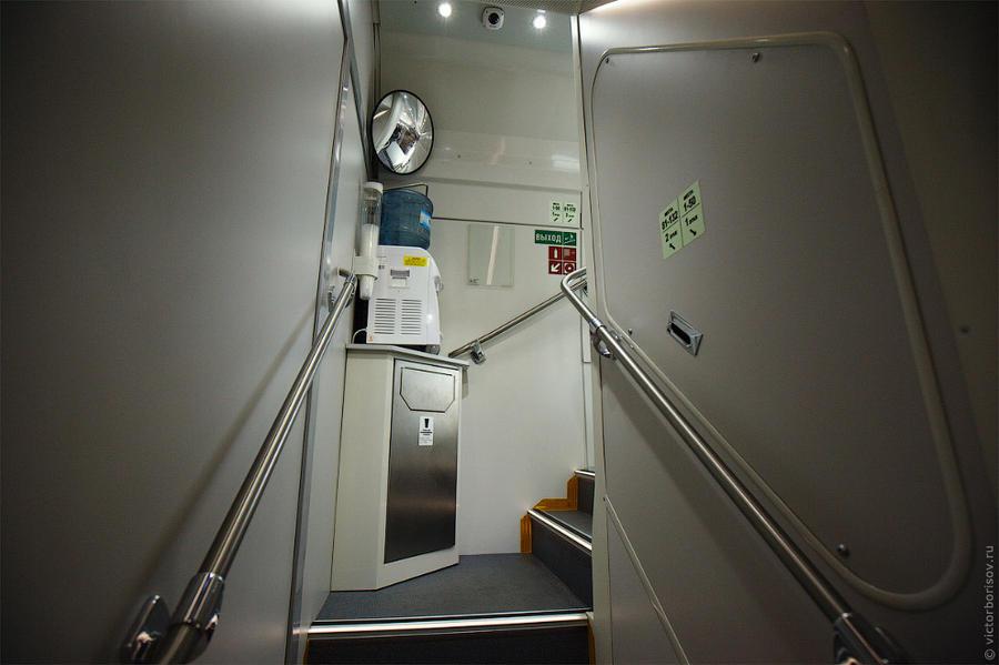 20. Лестница на второй этаж. В углу кулер с горячей и холодной водой.
