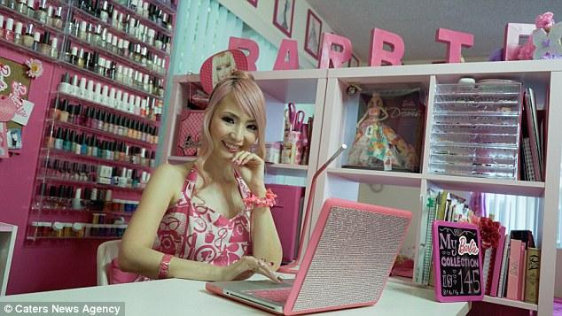 «Моя коллекция кукол Барби стоит за стеклом в гостиной на виду, и я поддерживаю ее в хорошем состоян
