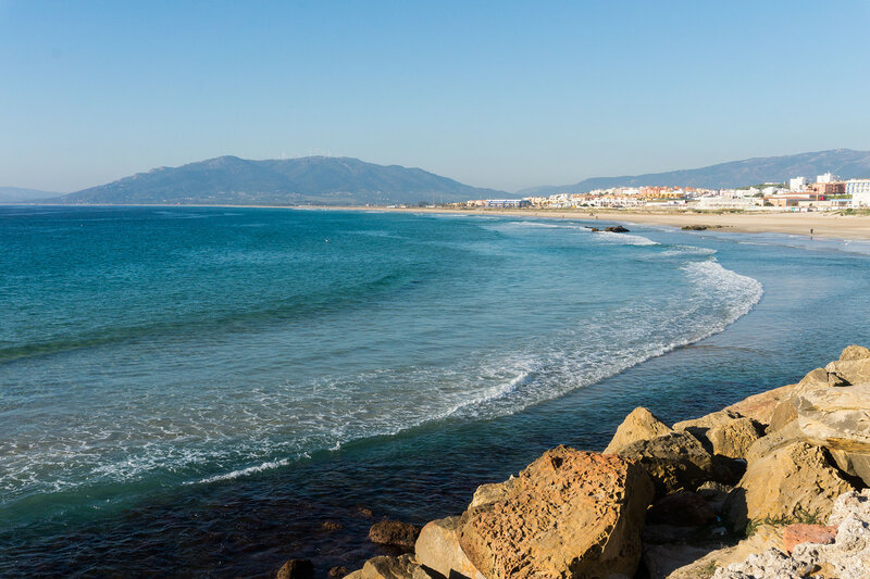 песчаный пляж в Тарифа в январе
