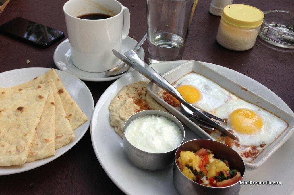 Израильский завтрак в заведении Coffee Temple в Варкале