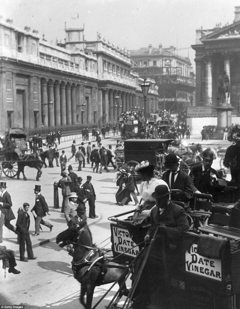 1895. Пешеходное и дорожное движение в районе станции Банк на Трогмортон-стрит. По левую сторону