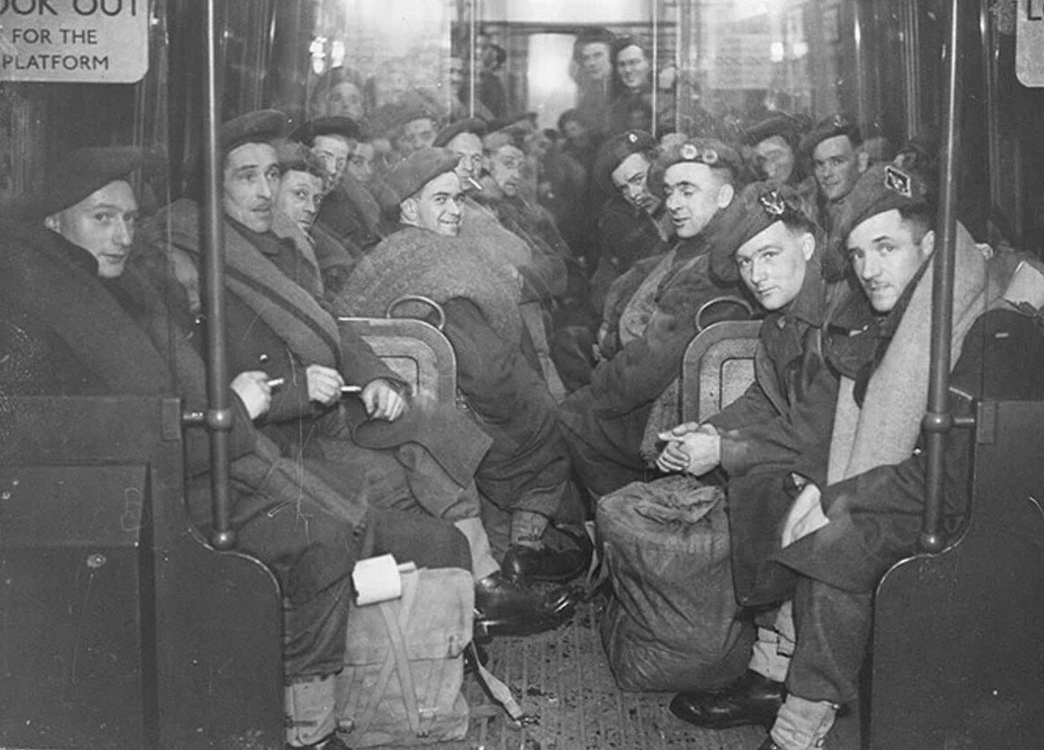 1945. Солдаты возвращаются домой на метро после окончания второй мировой войны