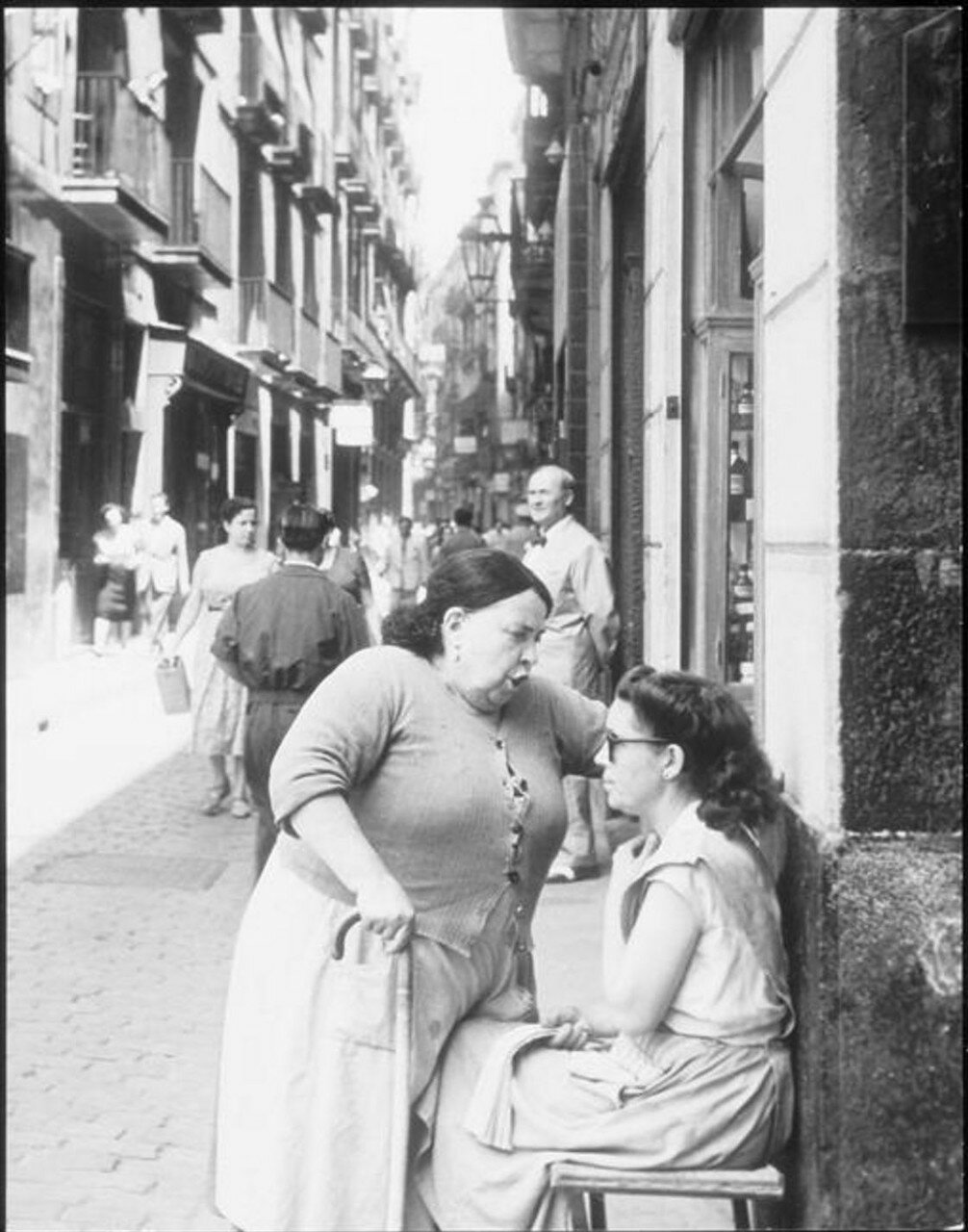1955. Жоан Миро (художник) на улице Баррио в Барселоне