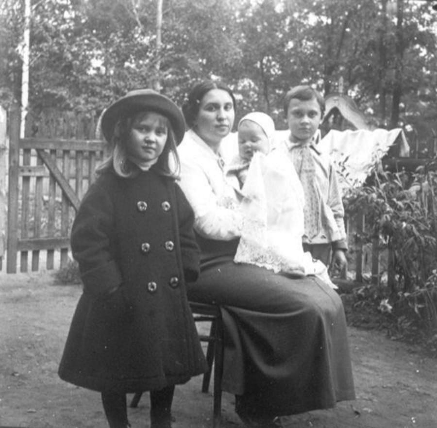 А. Н. Авдонина, жена фотографа, с детьми