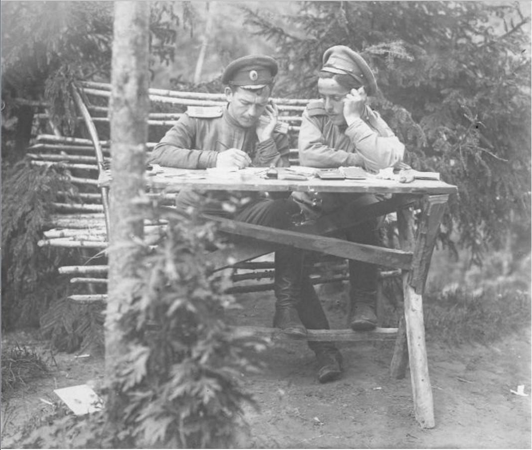 1915. Офицеры работают с документами