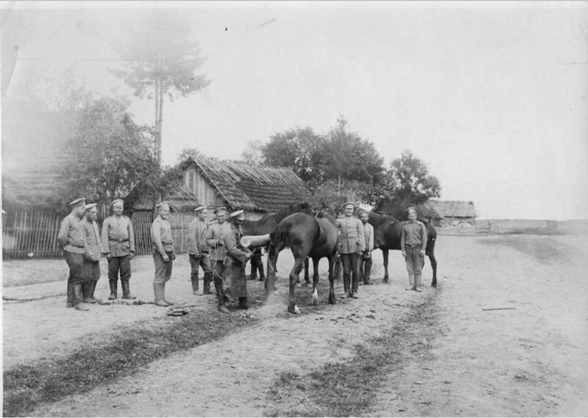 1915. Солдаты в деревне