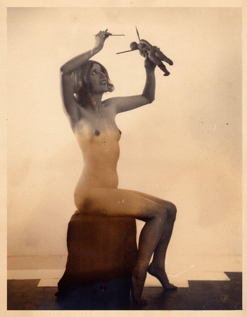 1926. «Иллюстрированный компендиум колдовства». Обнаженная ведьма с куклой вуду