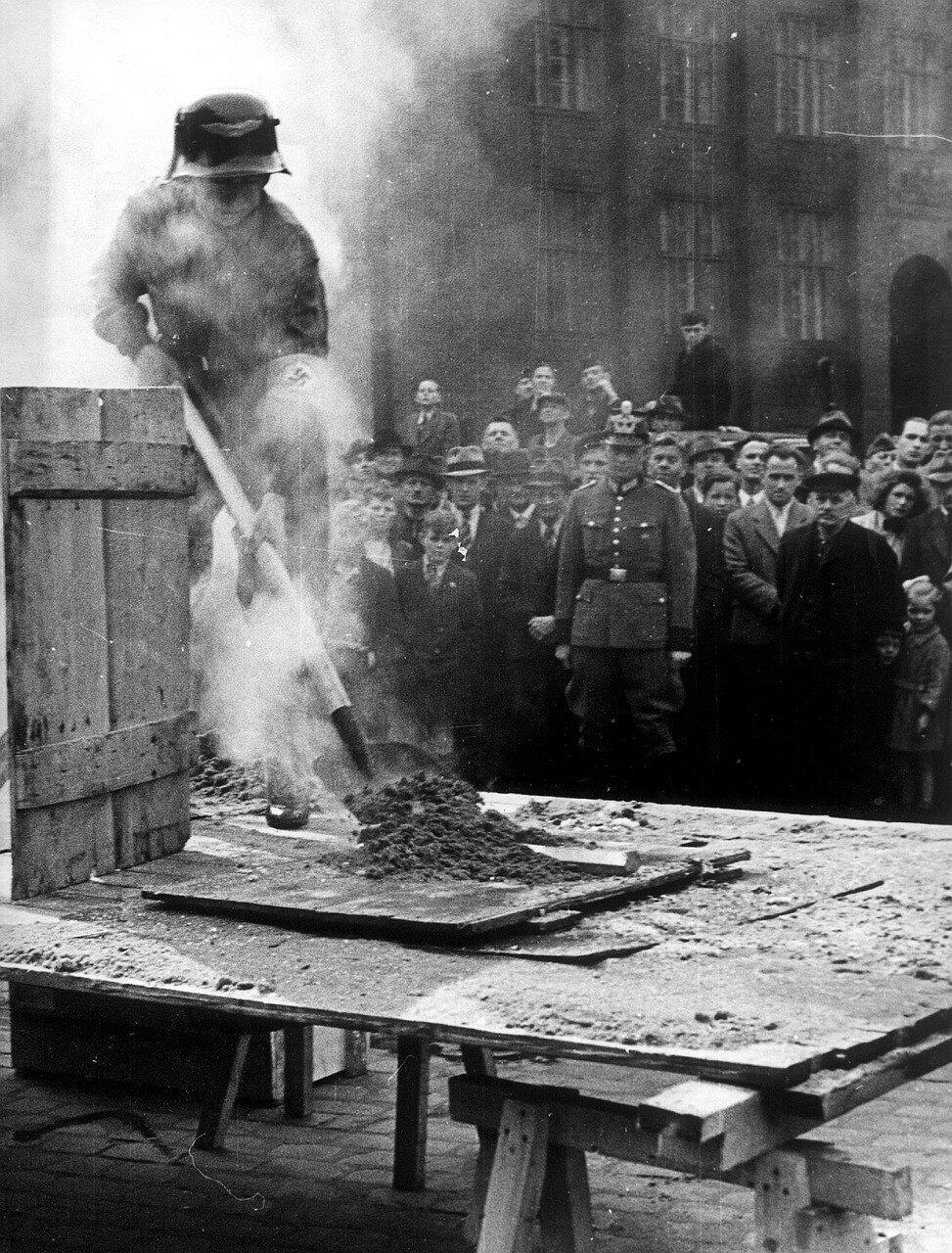 Гамбург. Занятия по противовоздушной обороне в связи с ростом бомбардировок немецких городов.  Горожан учат тушить зажигательные бомбы