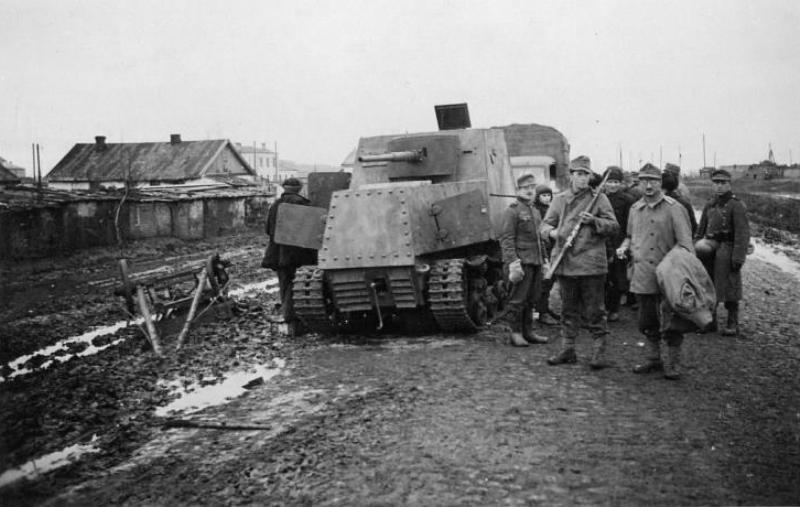 Бронетрактор ХТЗ-16 оставленный а р-не Харькова.1941 год.