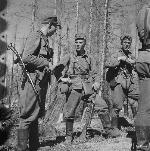 Финские солдаты с трофейными автоматами ППС и ППШ.