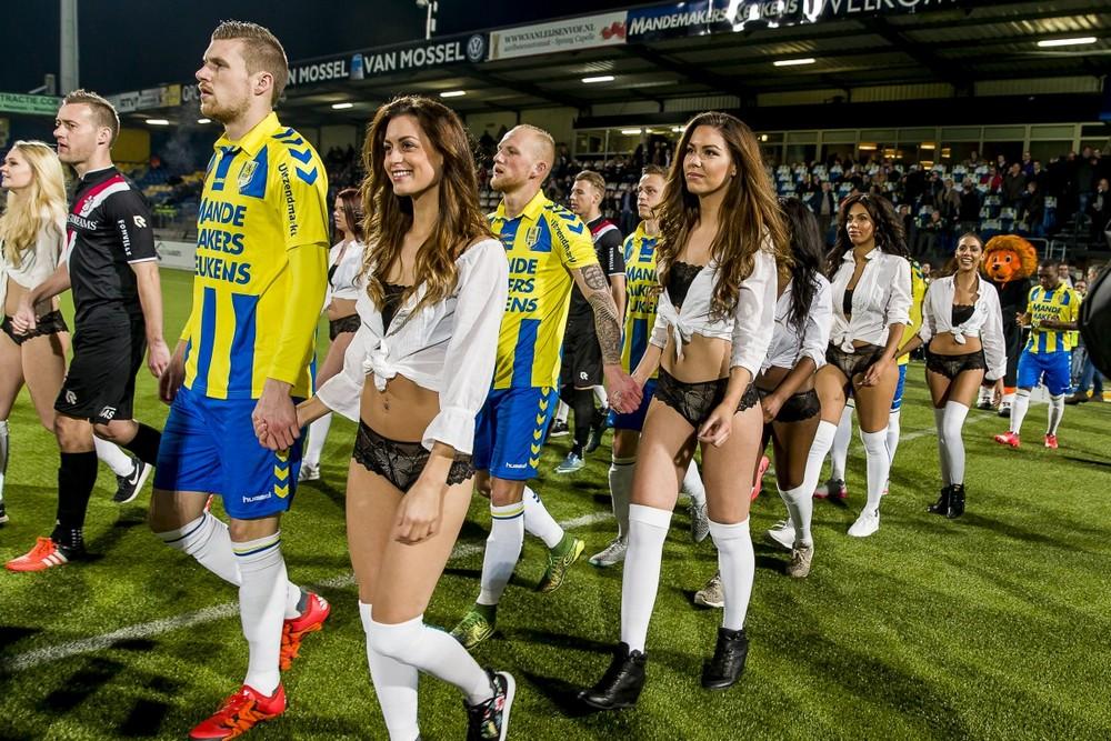 Футболисты из Нидерландов променяли детей на моделей в нижнем белье