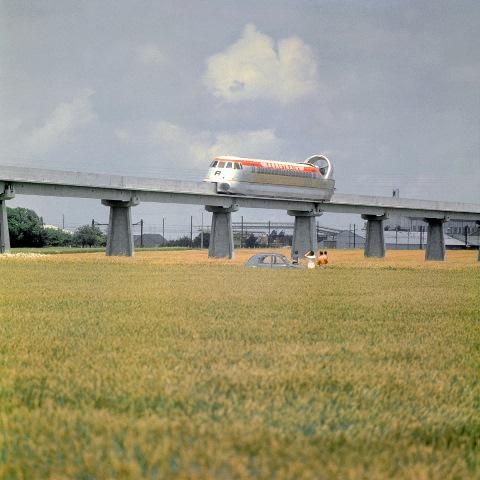 AEROTRAIN SUR UNE LIGNE SURELEVEE DANS LA CAMPAGNE 1980