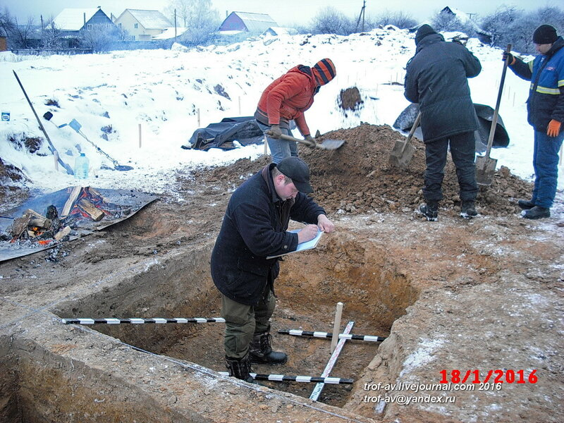 Руководство зарисовывает раскоп, охранные раскопки в Кубинке, январь 2016
