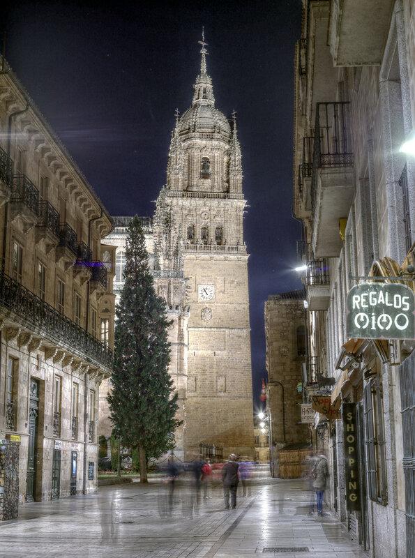 Ночная Саламанка. Башня Кафедрального собора. HDR