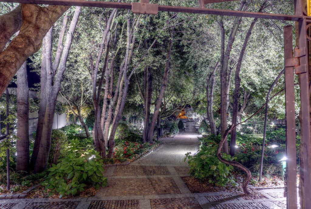 Ночная Саламанка. Сад Калисто и Мелибея (Jardín el Huerto de Calixto y Melibea). HDR
