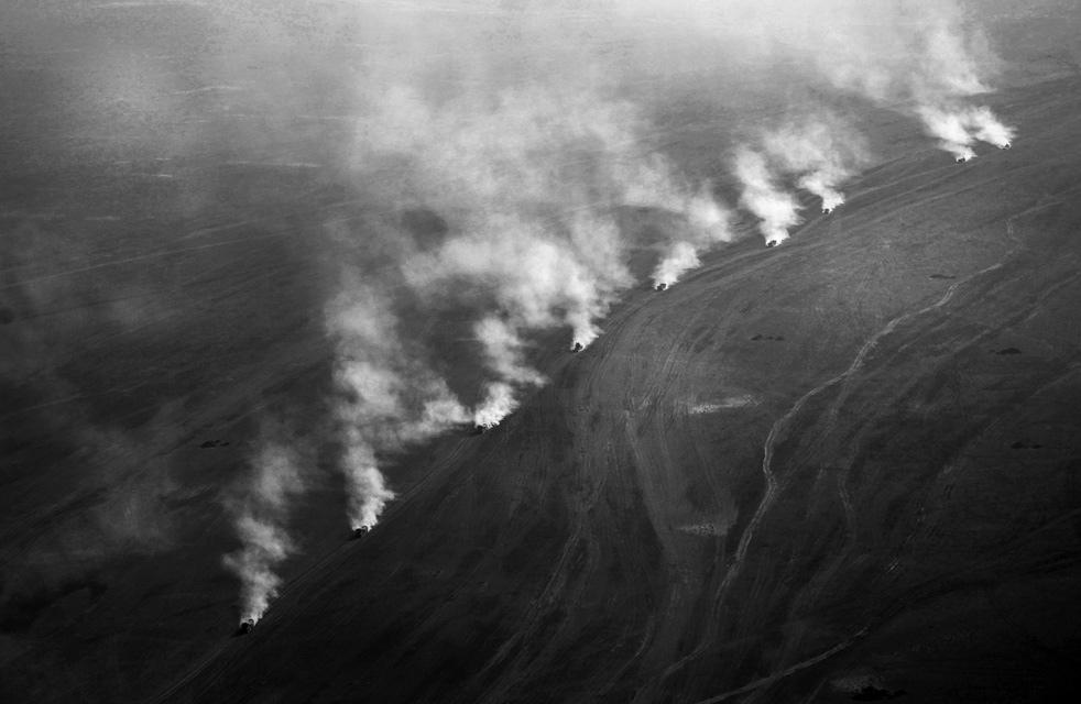 19. Военная колонна транспорта снабжения НАТО поднимает пыль в пустыне недалеко от Маржаха, провинци
