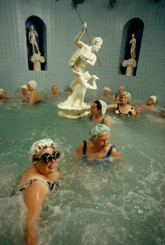 Женщины наслаждаются бассейном с подогревом, Сент-Питерсберг, Флорида, 1973 год.
