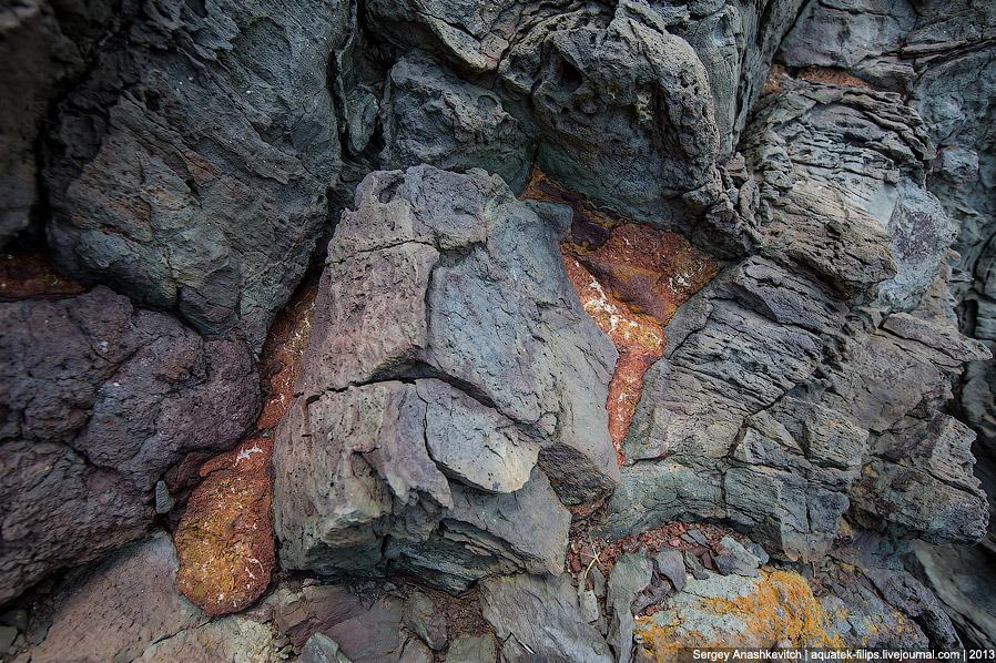 12. Можно только представить момент, когда жидкая лава, попадая в море, превращалась в камень.<