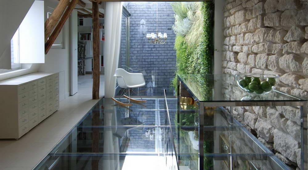 Абсолютно точно, что стеклянный пол выглядит очень эффектно иможет добавить изюминку всему дому или