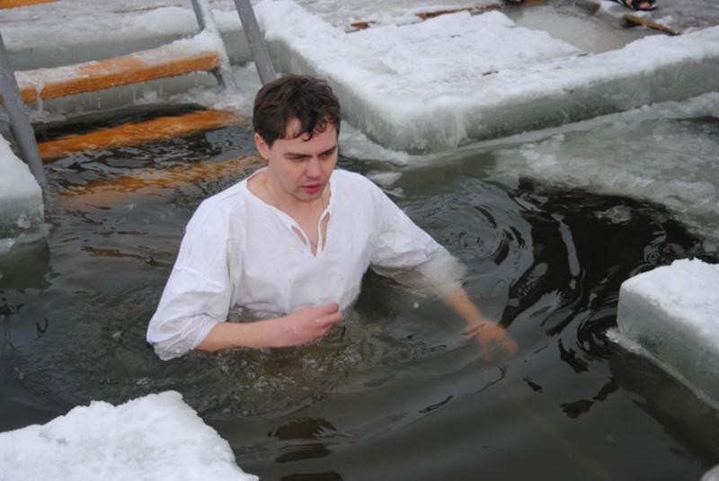 Побольше сала и никаких полотенец: 10 правил и ошибок купания в проруби