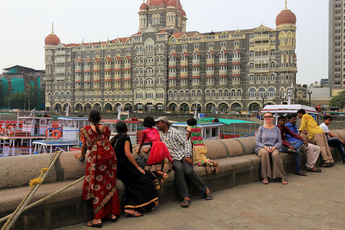 """Фотография №15. Два индийца на фоне отеля """"Тадж-Махал"""" в Мумбаи. Прогулка по местам """"Шантарам"""". Самостоятельный тур в Индию. (24-70, 1/200 , -1eV, f9, 38 mm, ISO 100)"""