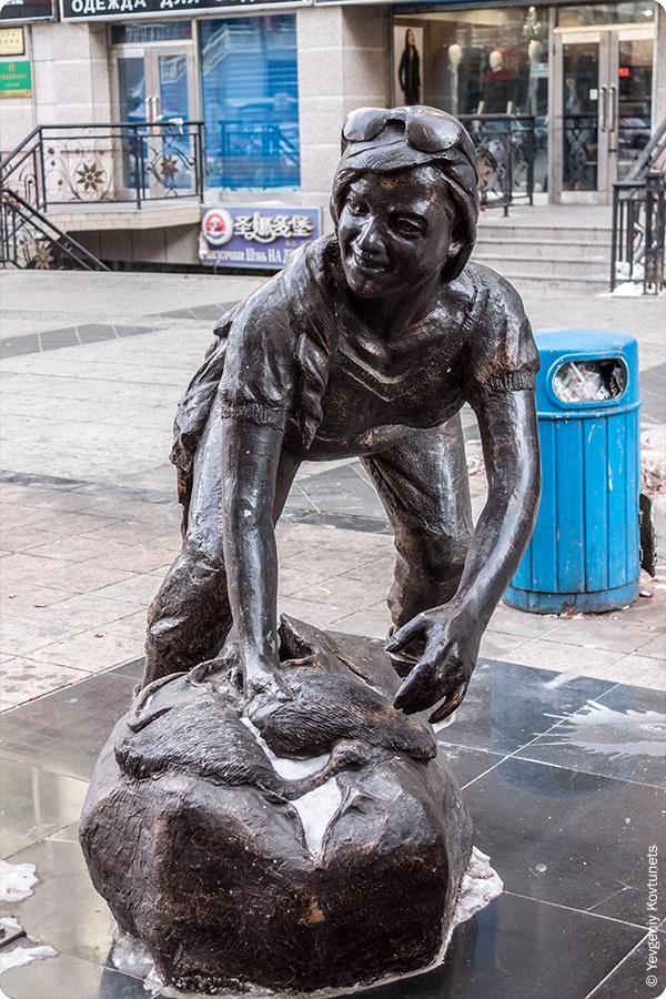 Фрагмент скульптуры Барыги, дама с баулом, Маньчжурия