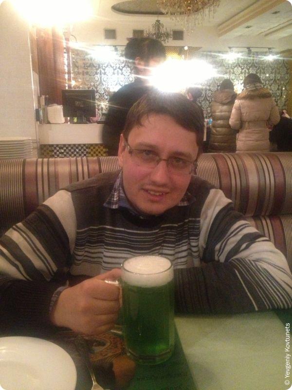 автор пьёт зелёное пиво в ресторане Рубль, Маньчжурия