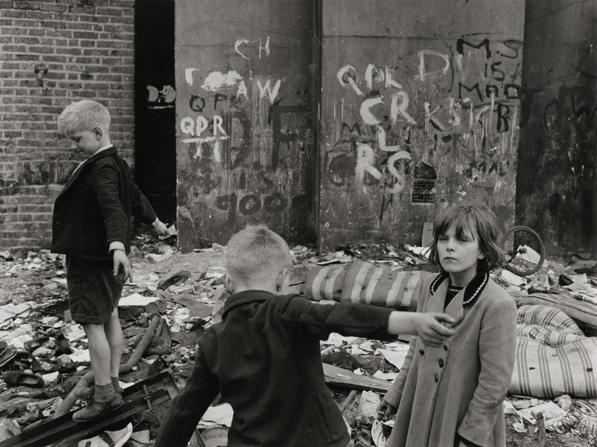 1958. Дети играют в разрушенном бомбой доме. Портленд-роуд, Северый Кенсингтон, Лондон