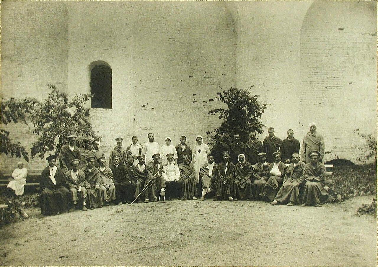 07. Раненые и сестры милосердия в саду госпиталя у Годуновской стены