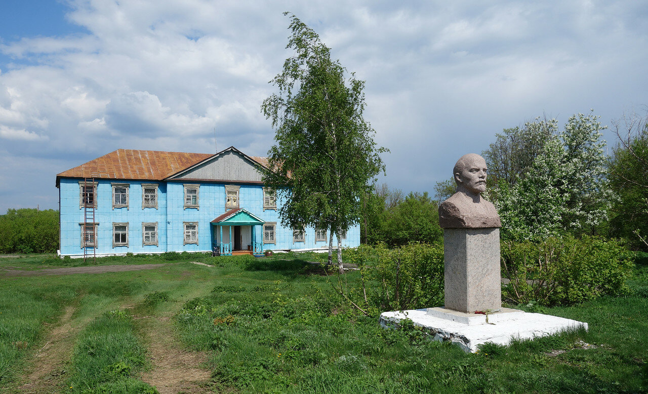 эпичный бюст Ленина и странный дом