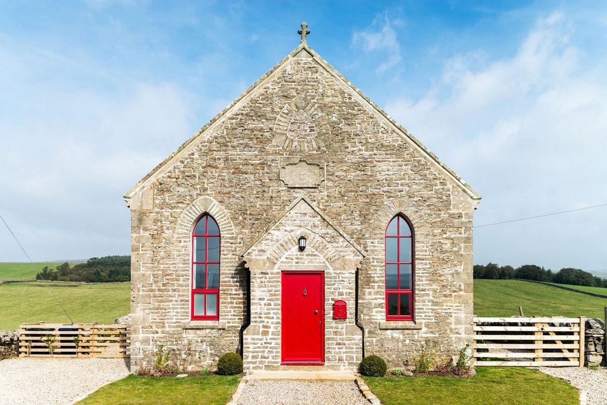 Современный дом в старой католической часовне